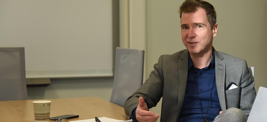 Michael Rapp sittende ved møteromsbord