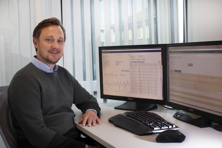 Anders Madsen ved dataskjerm