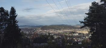 Stømlinjer med by i bakgrunn