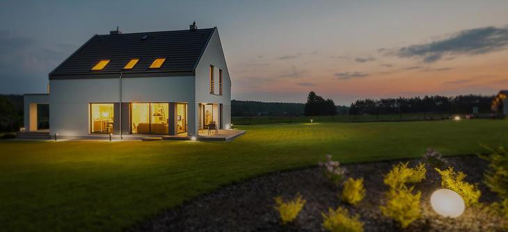 Smarthus sett fra utsiden på kvelden