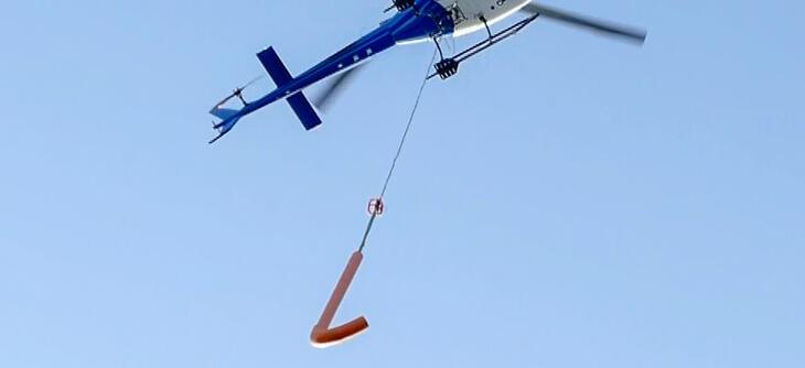 """Den flyvende kroken har fått tilnavnet """"ostepopen"""", men er er effektivt verktøy i møtet med et økende problem for nettselskapene: Ising på kraftlinjene."""