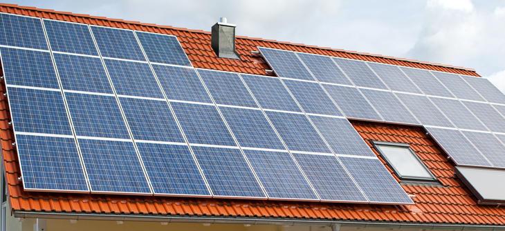 Tak dekket med solcellepanel