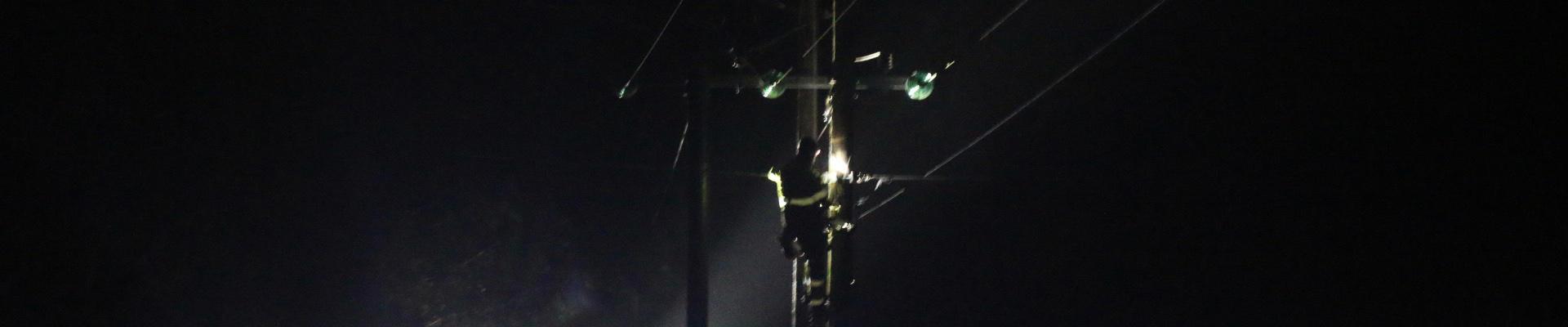 Bilde av mann i mast nattestid. Foto: Theo Aasland Valen
